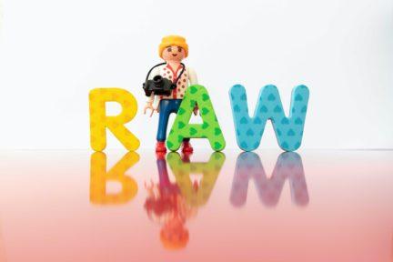 letras formando la palabra RAW