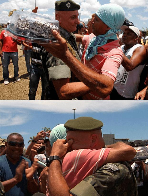 Protestantes y Ejército Antidisturbios Abrazándose y Pidiéndose Perdón