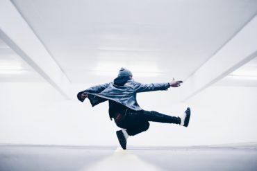chico saltando con fondo blanco