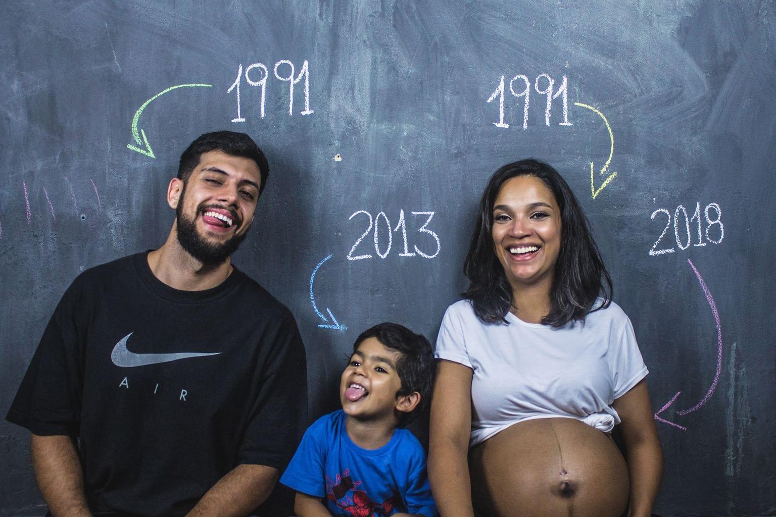 sesión de embarazo creativa con la familia