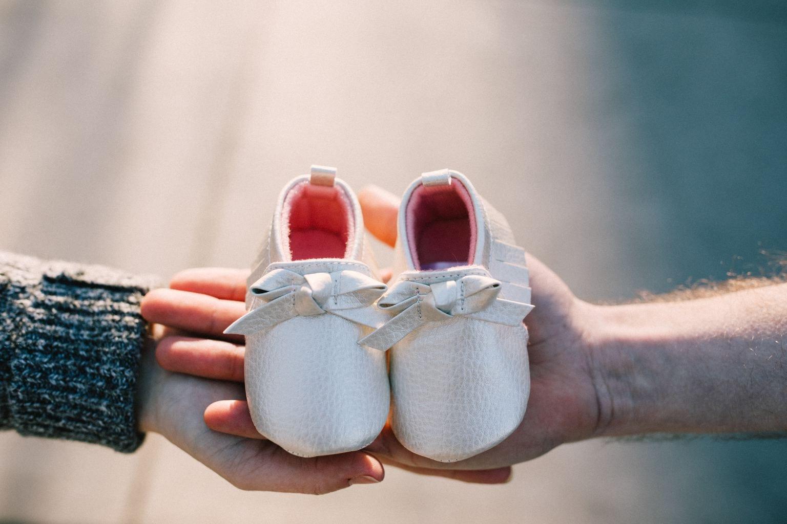 detalle zapatos bebé en sesión embarazo