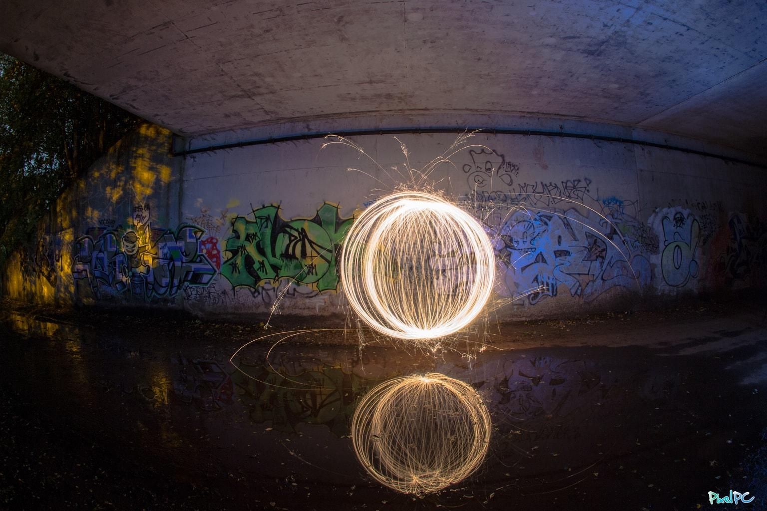 Esfera de luz, junto con su reflejo en el agua