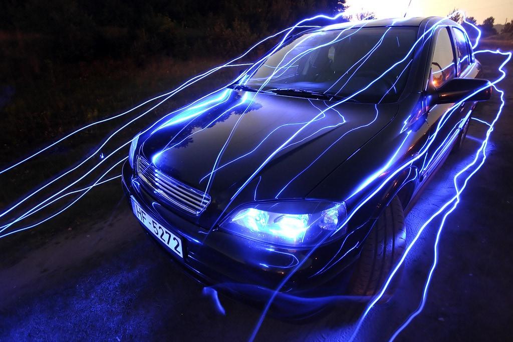Lightpainting sobre el capó de un coche