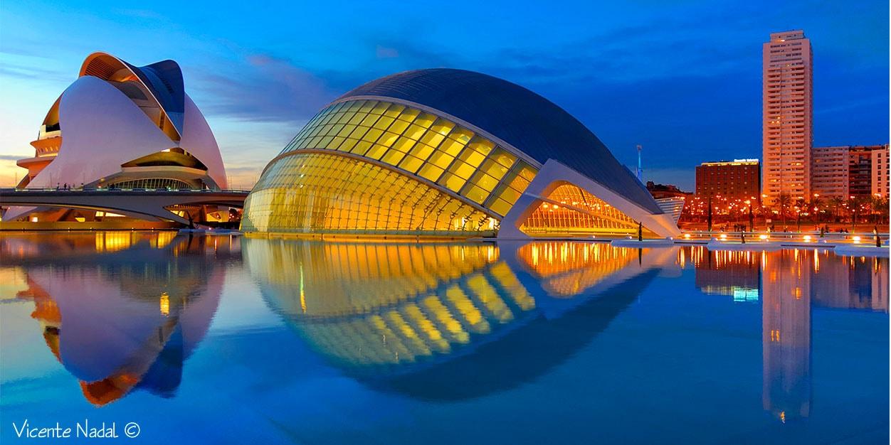 Fotografía de la Ciudad de las Ciencias en la hora azul - ISO 200 f3.5 t1/3s 18mm - Nikon D2x - 18-200VR