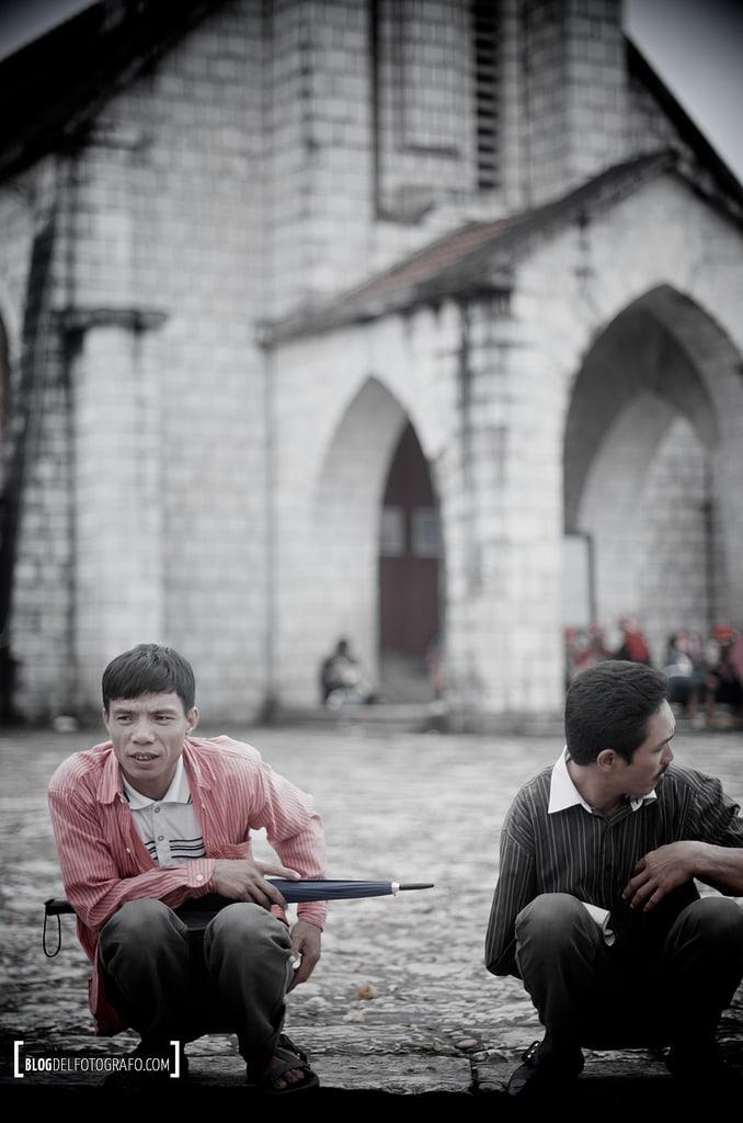 Vietnamitas, sentados. Así. Sin más