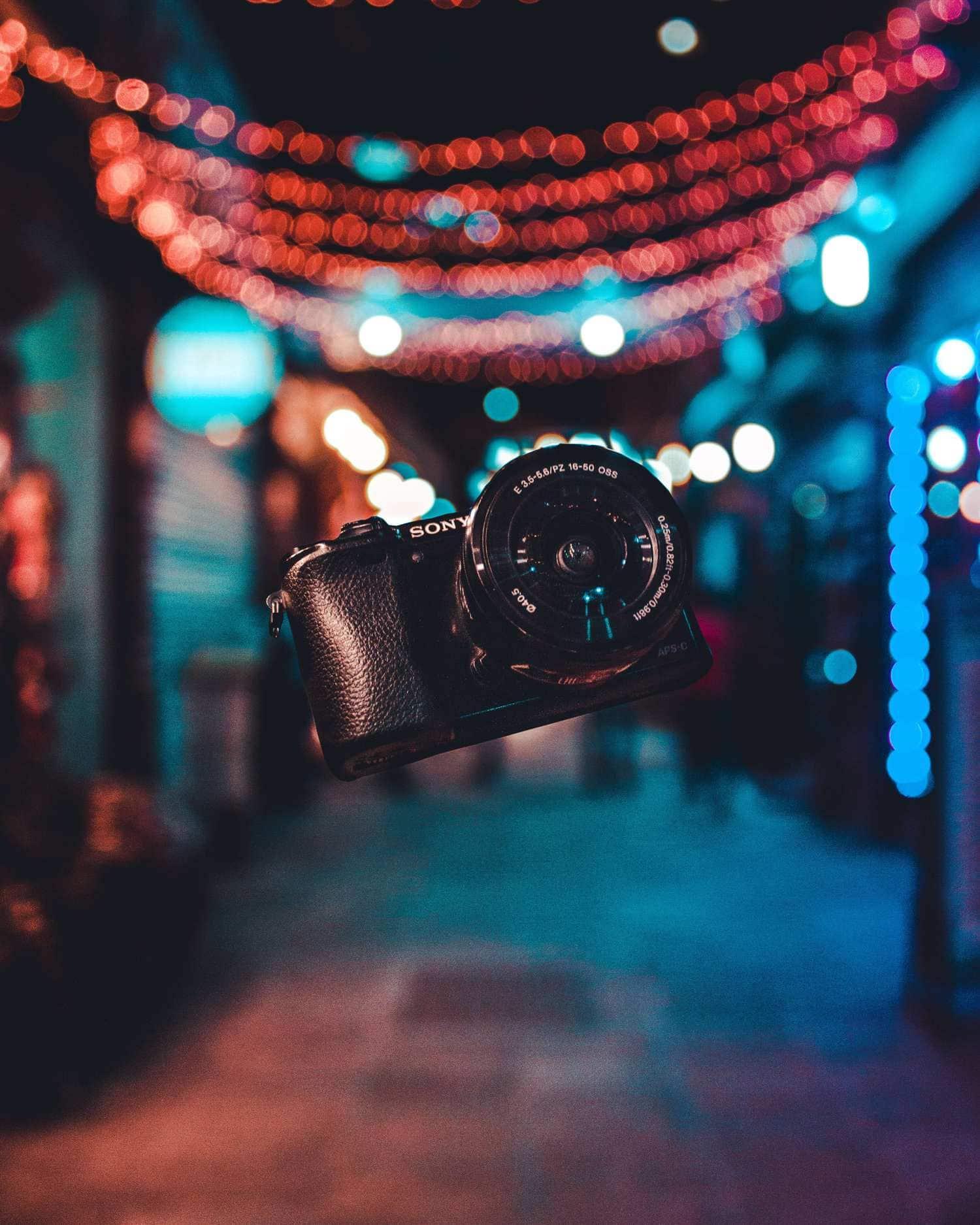 Cámara de fotos en el aire por la noche