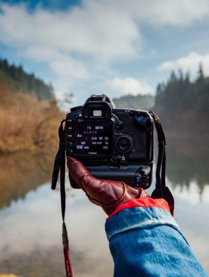 Cámara en mano de fotógrafo viajero