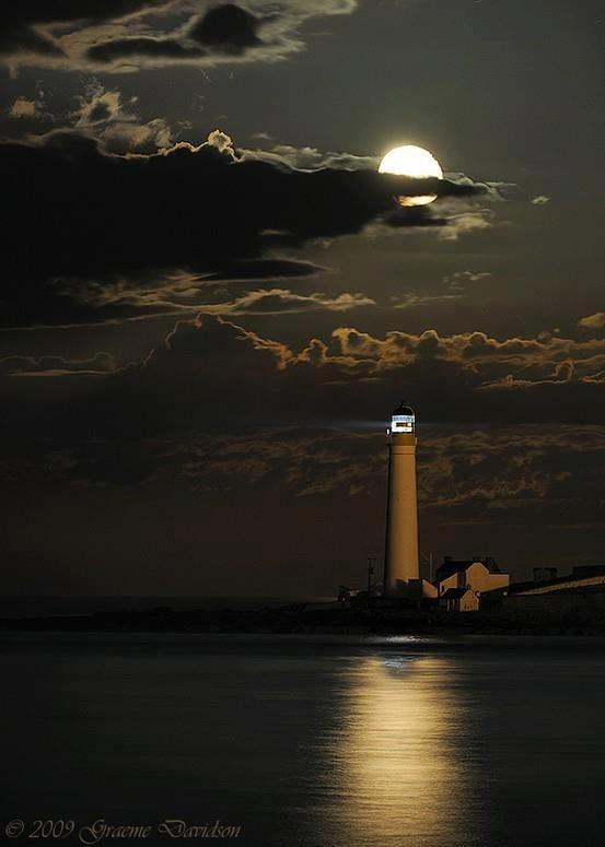 Faro de noche con luna