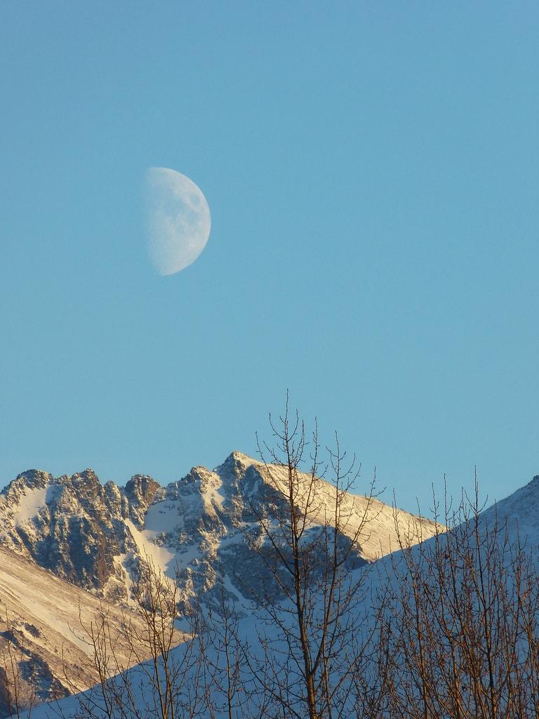 Paisaje diurno con luna