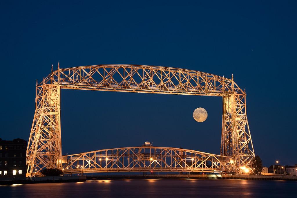 la luna en la ciudad