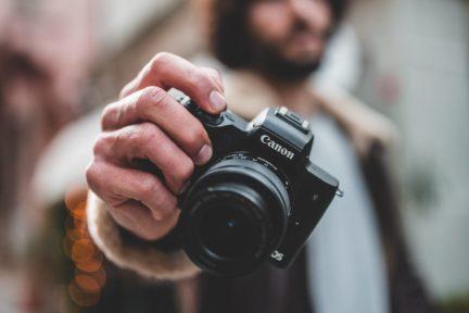 Fotografo con cámara en la mano