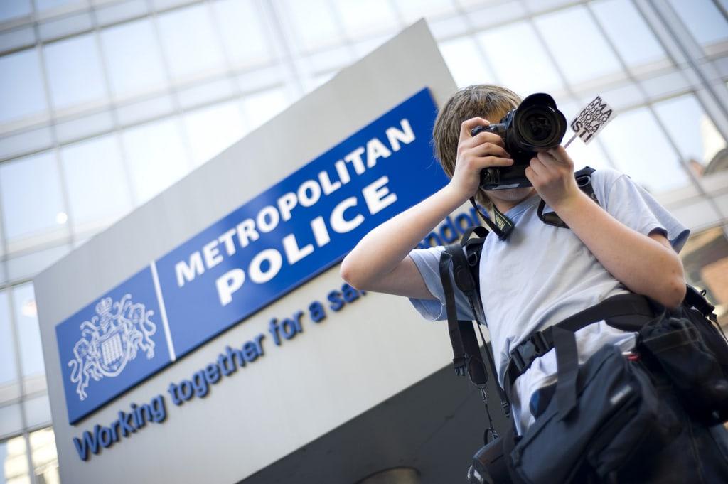 Fotógrafo cerca de la sede de la Policía Metropolitana