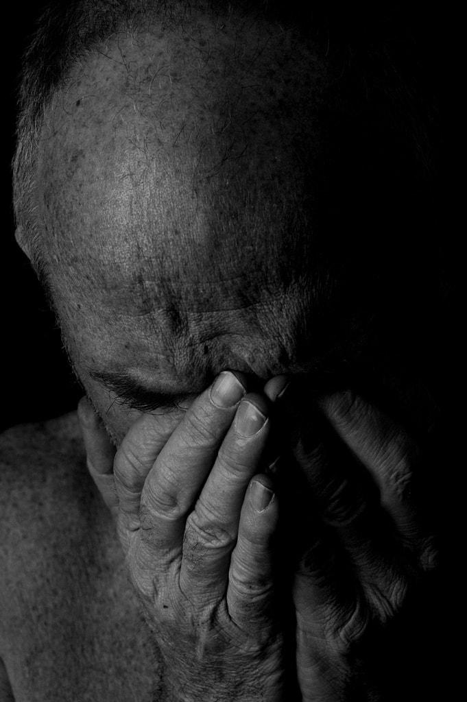 Tristeza, desolación... es lo que transmiten las manos cubriendo el rostro de este hombre.