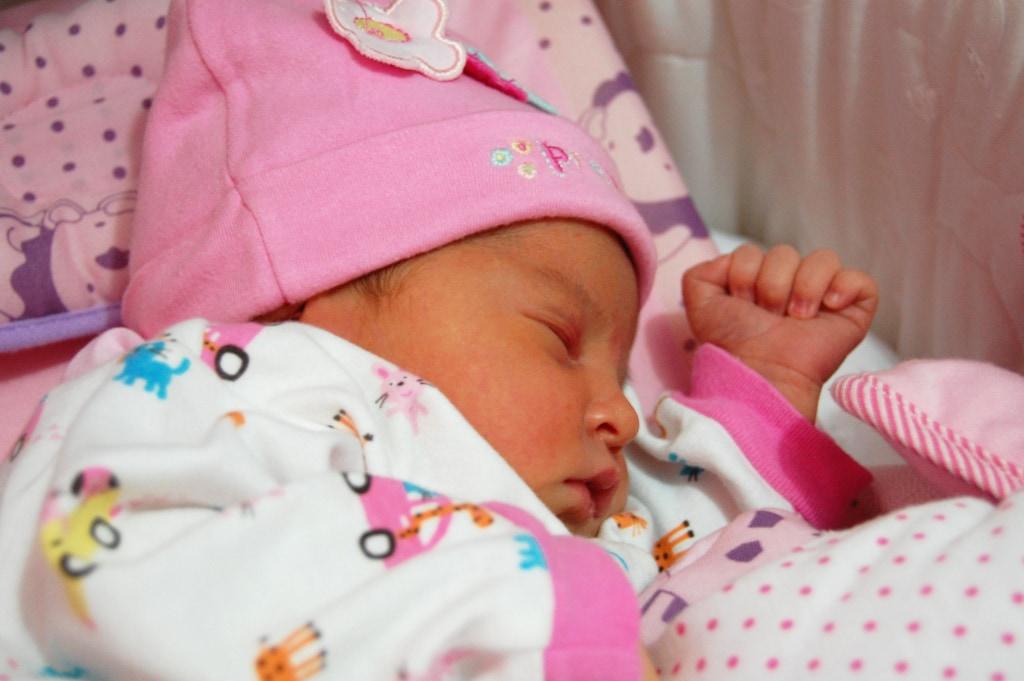 En esta foto la mirada se nos va a todos lados menos a la preciosa carita de este bebé, una pena porque ¡es muy dulce!