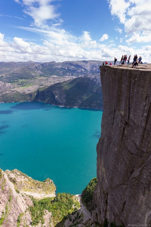 El tamaño de las personas sobre la roca nos ayuda a comprobar su inmensidad.