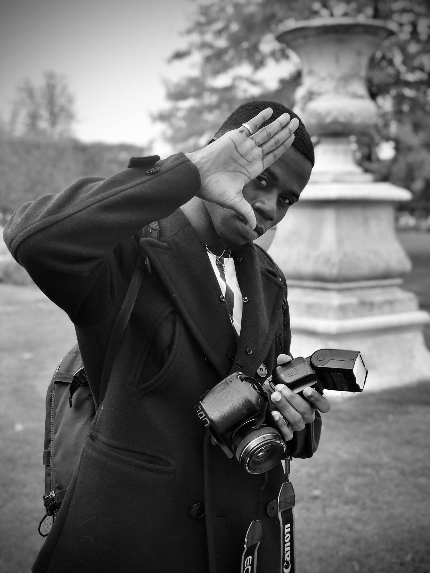 Fotógrafo con flash en la mano