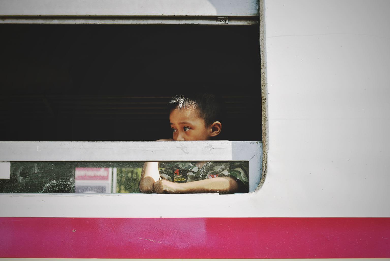 Foto de niño en bus india tomada con una nikon d3400