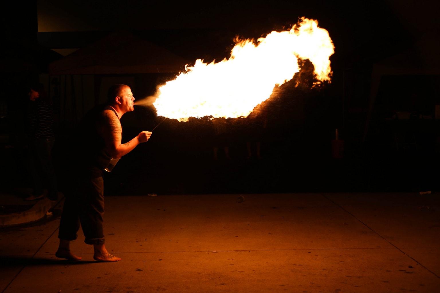foto hombre escupiendo fuego