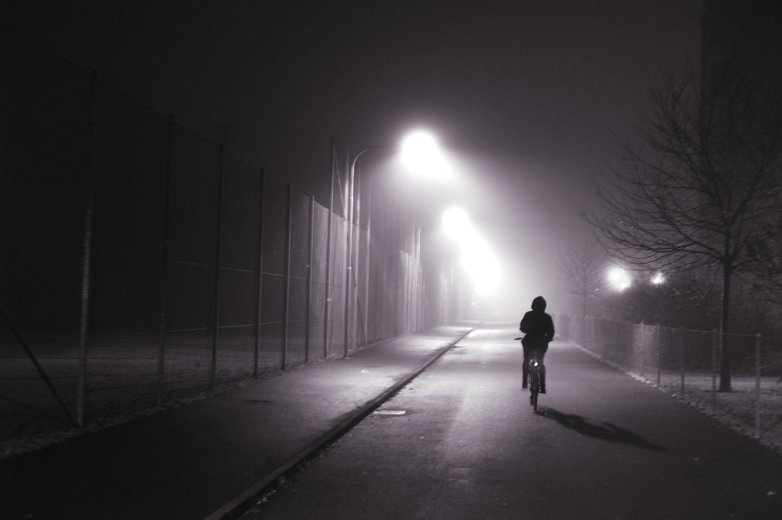 bicicleta en la calle por la noche