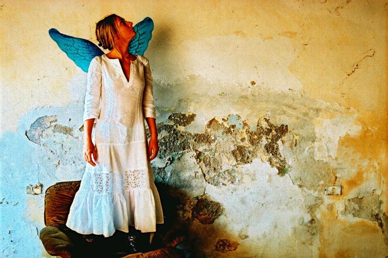mujer de pie en un sofa con alas