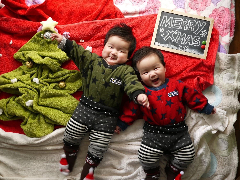 dos bebés asiáticos navidad