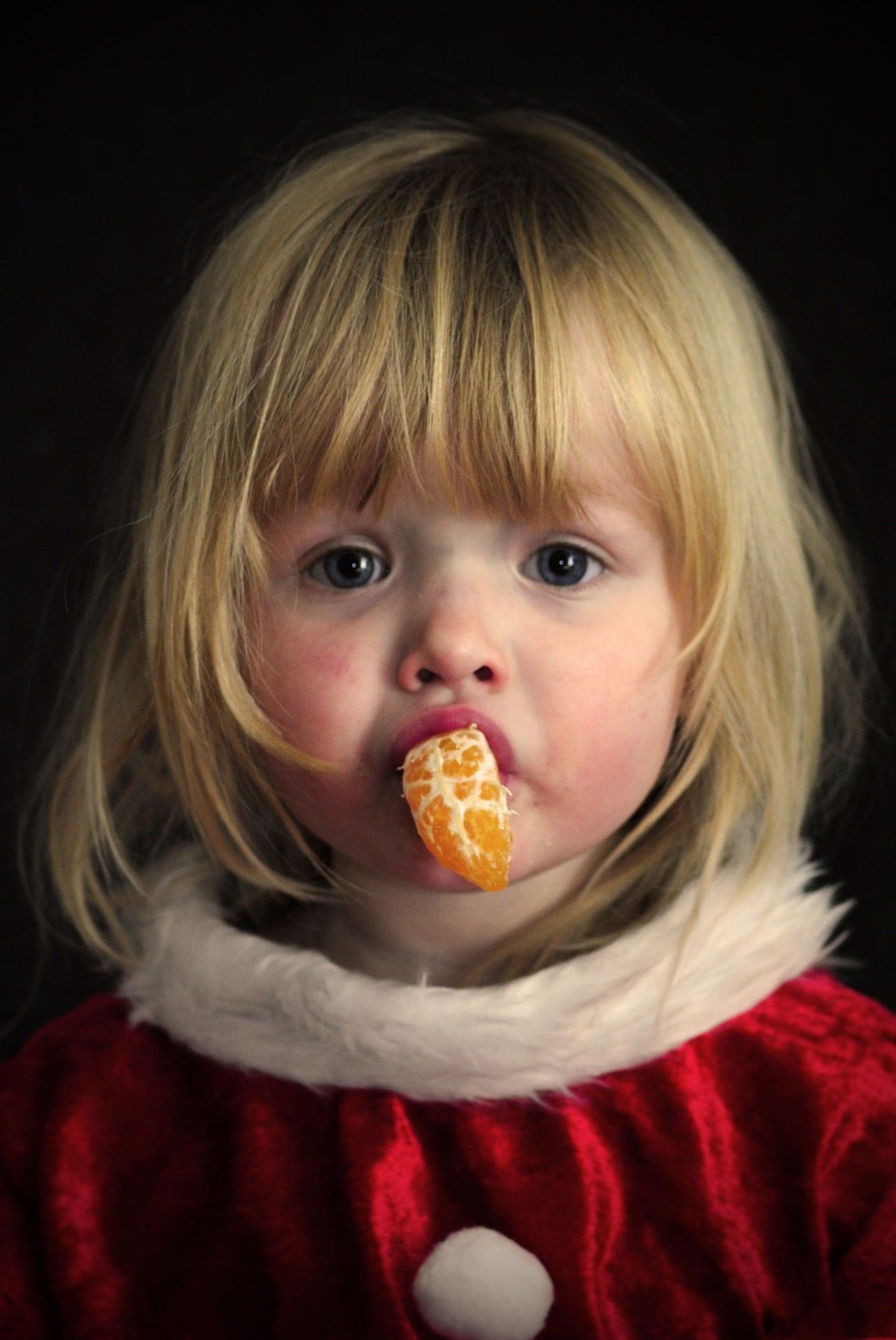niña con traje papá noel navidad