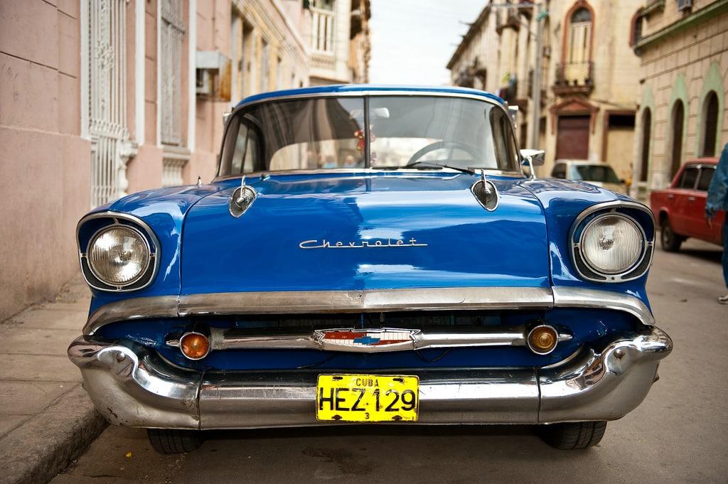 coche antiguo fotografiado en la calle