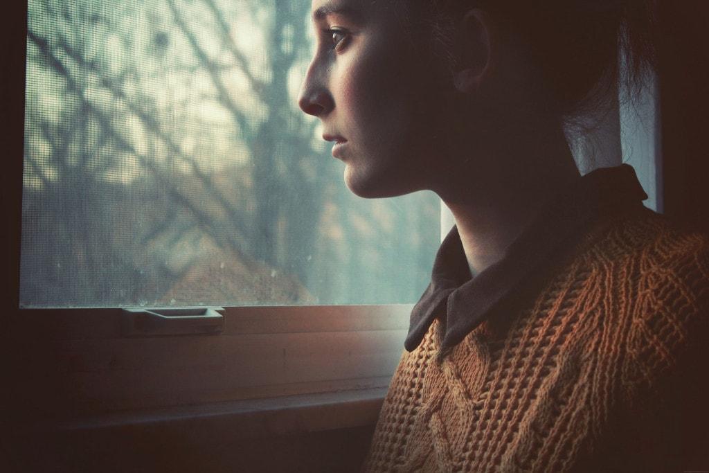 Retrato en ventana con cristal