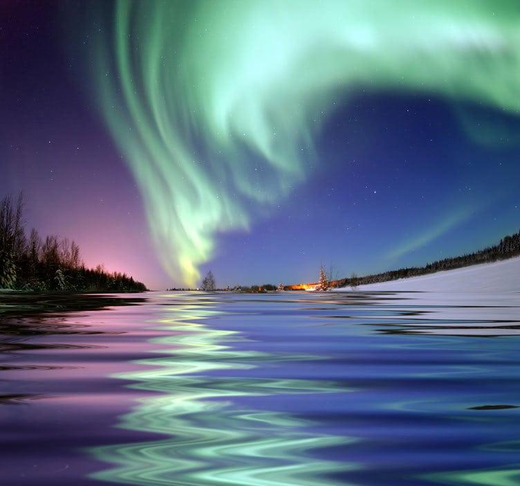 La Aurora reflejada en el agua