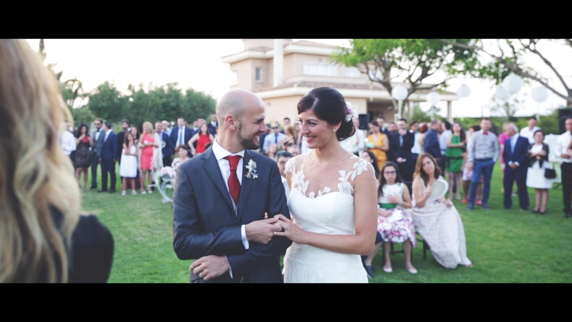 fotografía pareja boda entre invitados