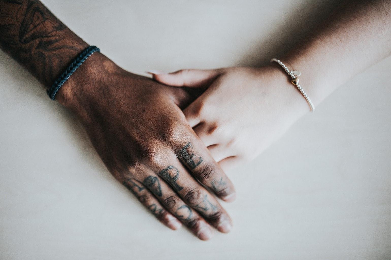 mano negra con mano blanca
