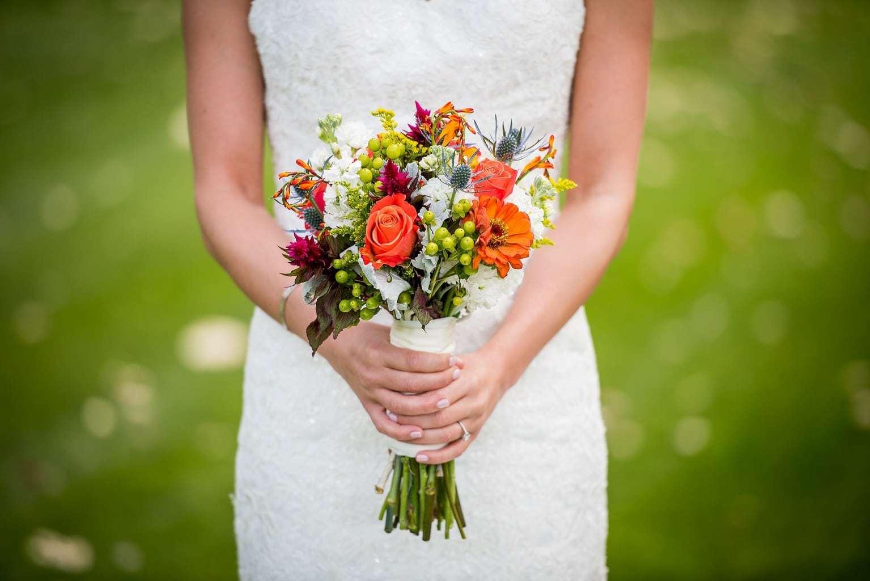 Una novia sujetando un ramo de flores