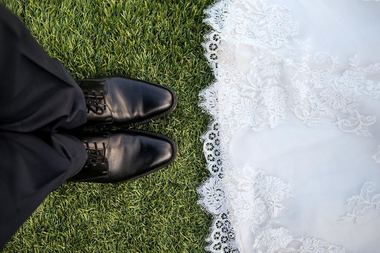 Pies y vestido de novia