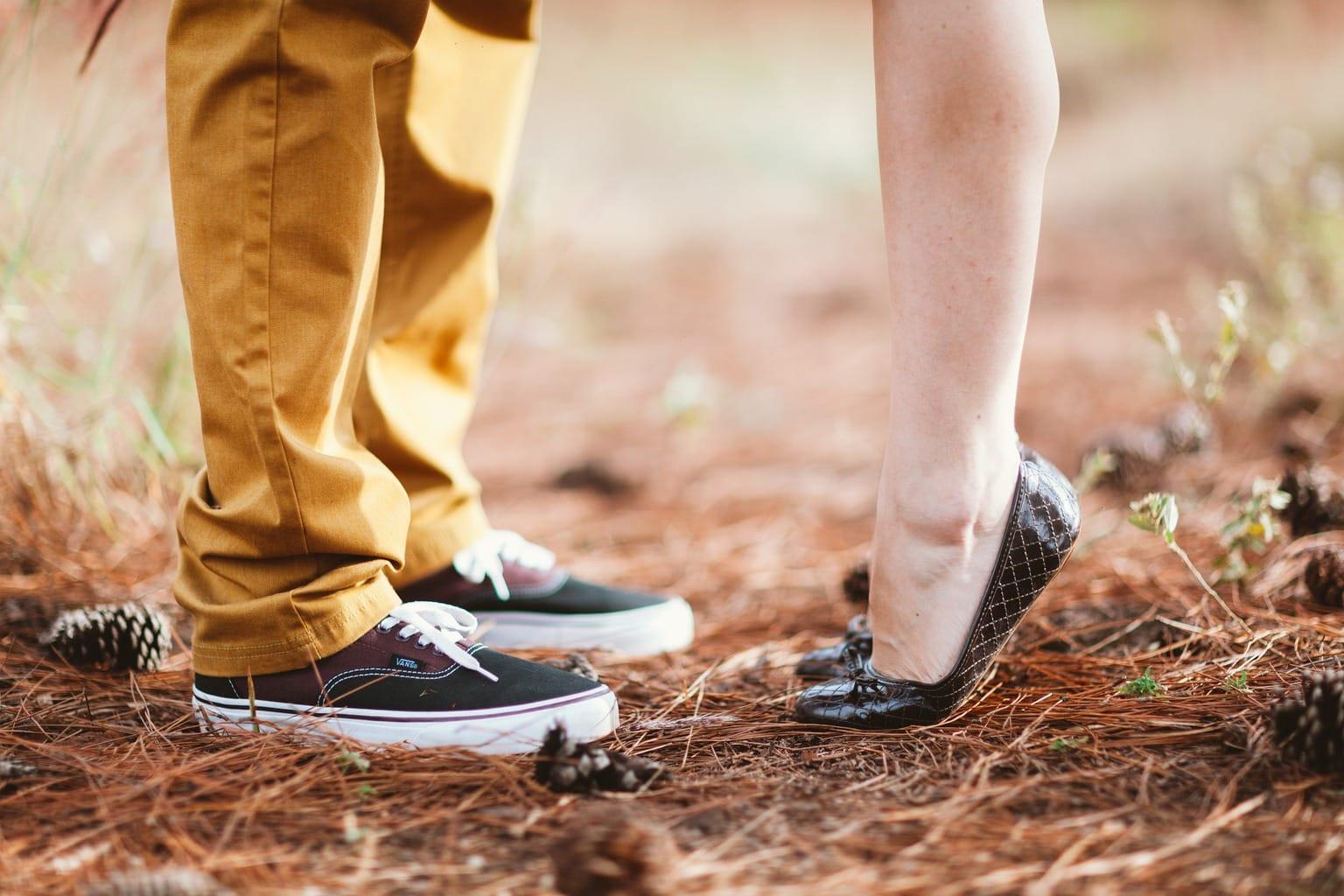 Pies de hombre y mujer en la naturaleza