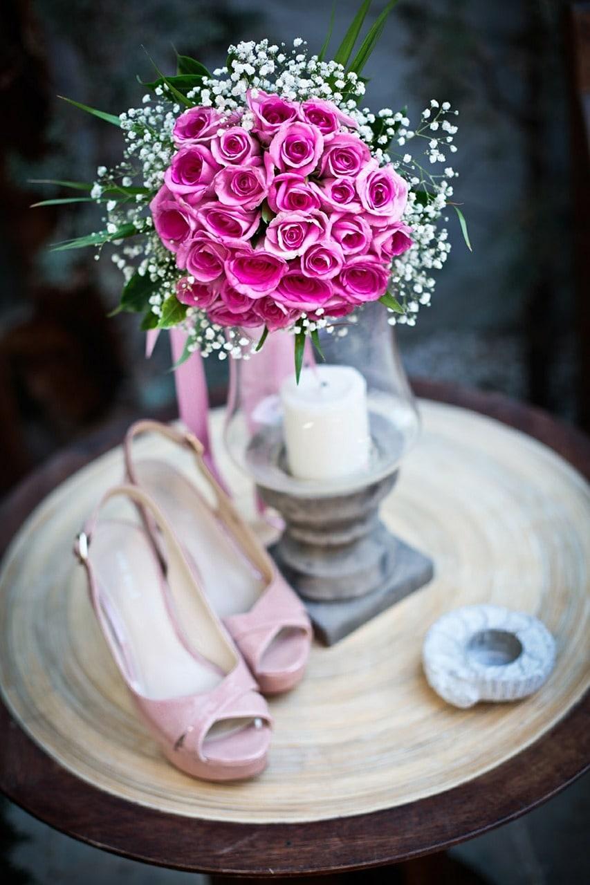 Ramo de rosas y tacones rosas