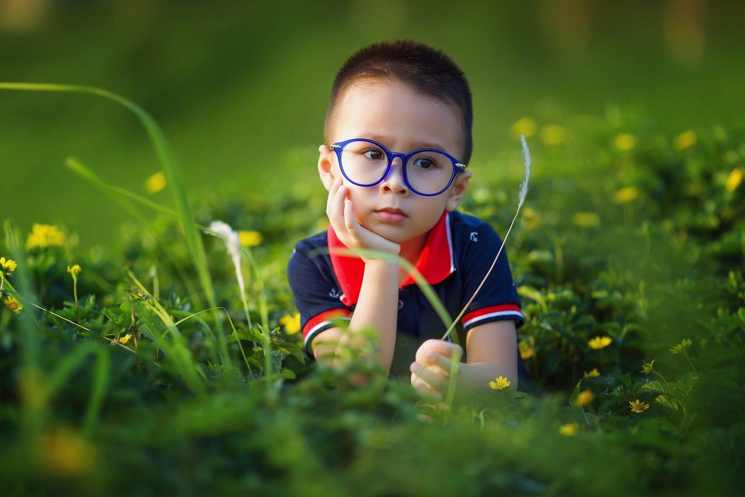 niño en paisaje con gafas