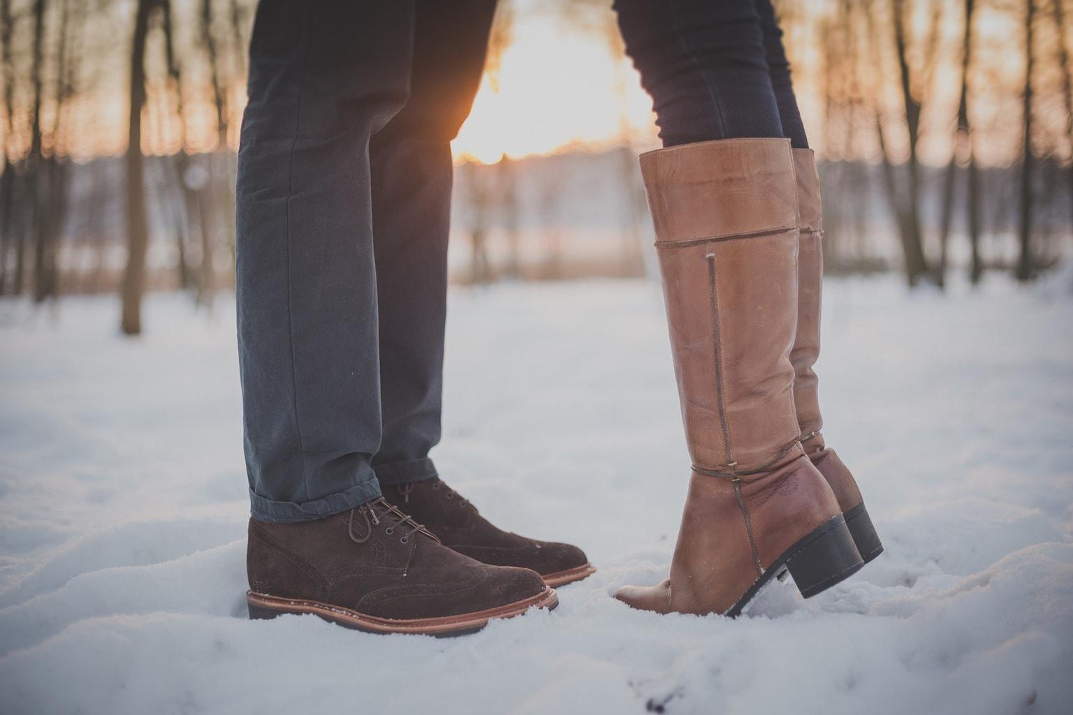 Pies de hombre y mujer en la nieve