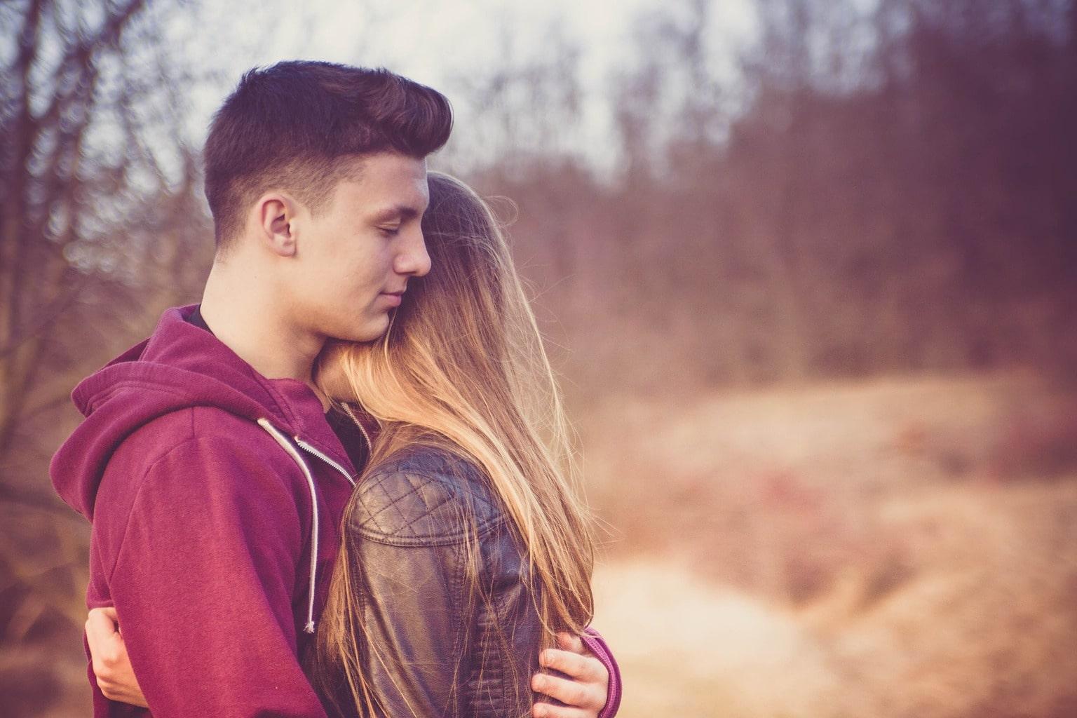 Retrato de una pareja en la naturaleza