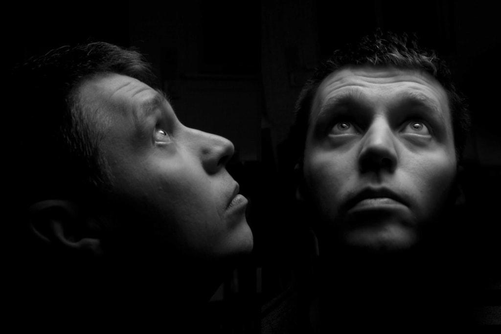 retrato con luz desde arriba fondo oscuro