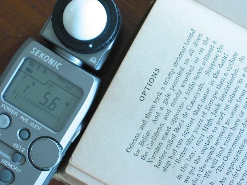 fotografía fotómetro Sekonik con libro