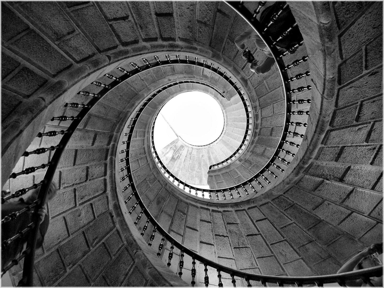 fotografía de escaleras en blanco y negro