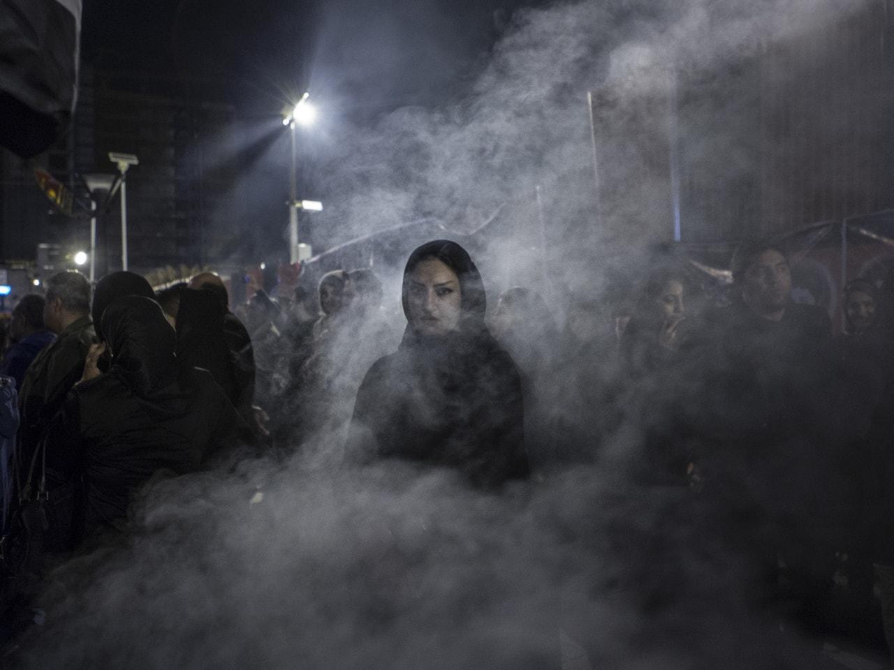 fotografía mujer musulmana entre humo Newsha Tavakolian