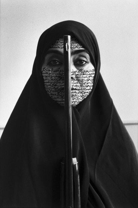 fotografía mujer musulmana con rifle Shirin Neshat