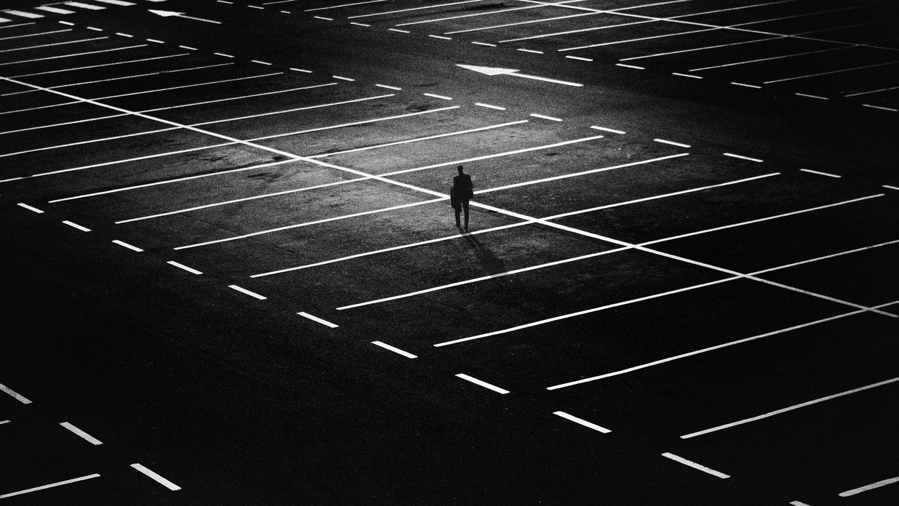 fotografía de un hombre solitario en blanco y negro