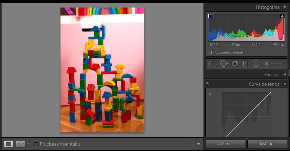 fotografía juguetes multicolores con curva de tonos