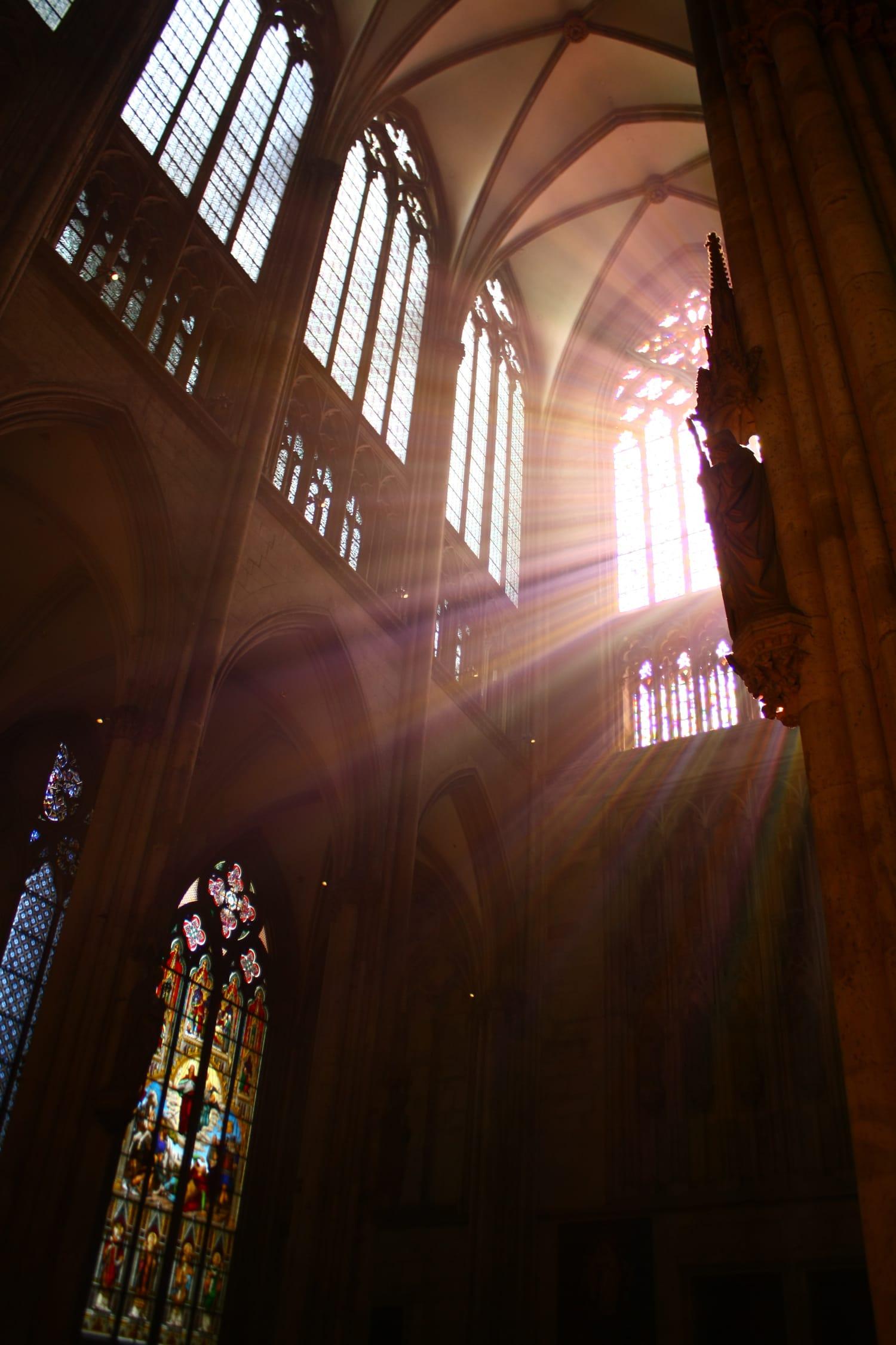 fotografía luz abundante en una iglesia