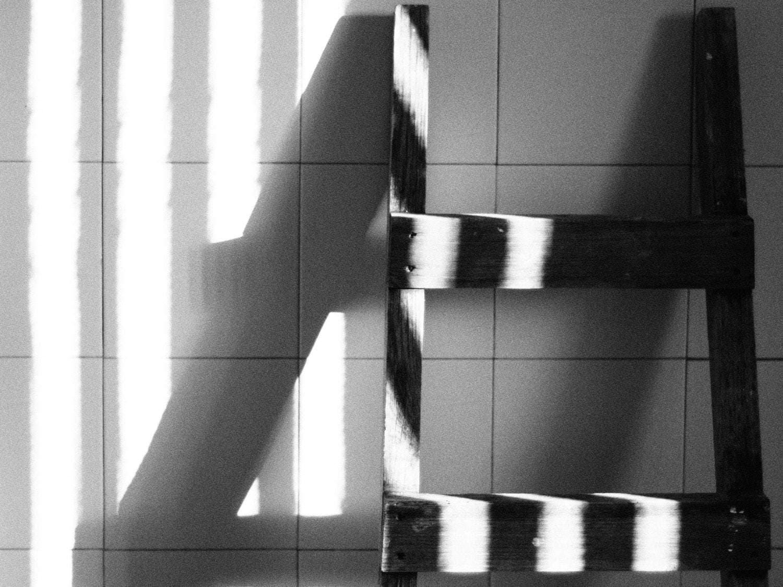 Fotografía en blanco y negro de una escalera