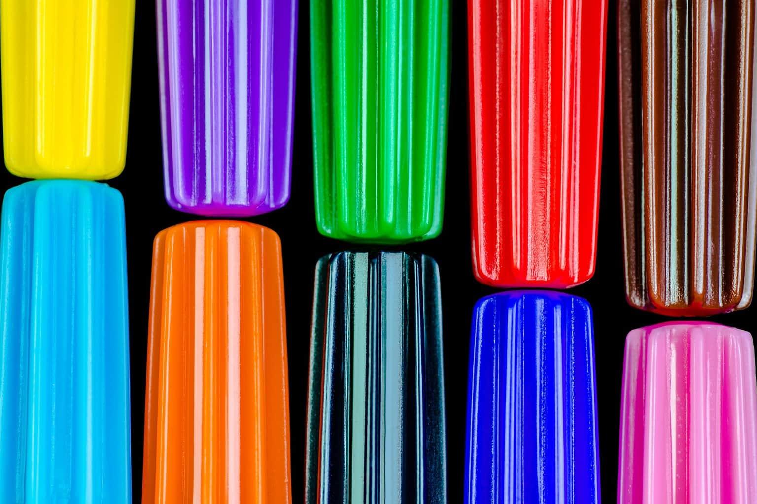 fotografía macro de lápices multicolores