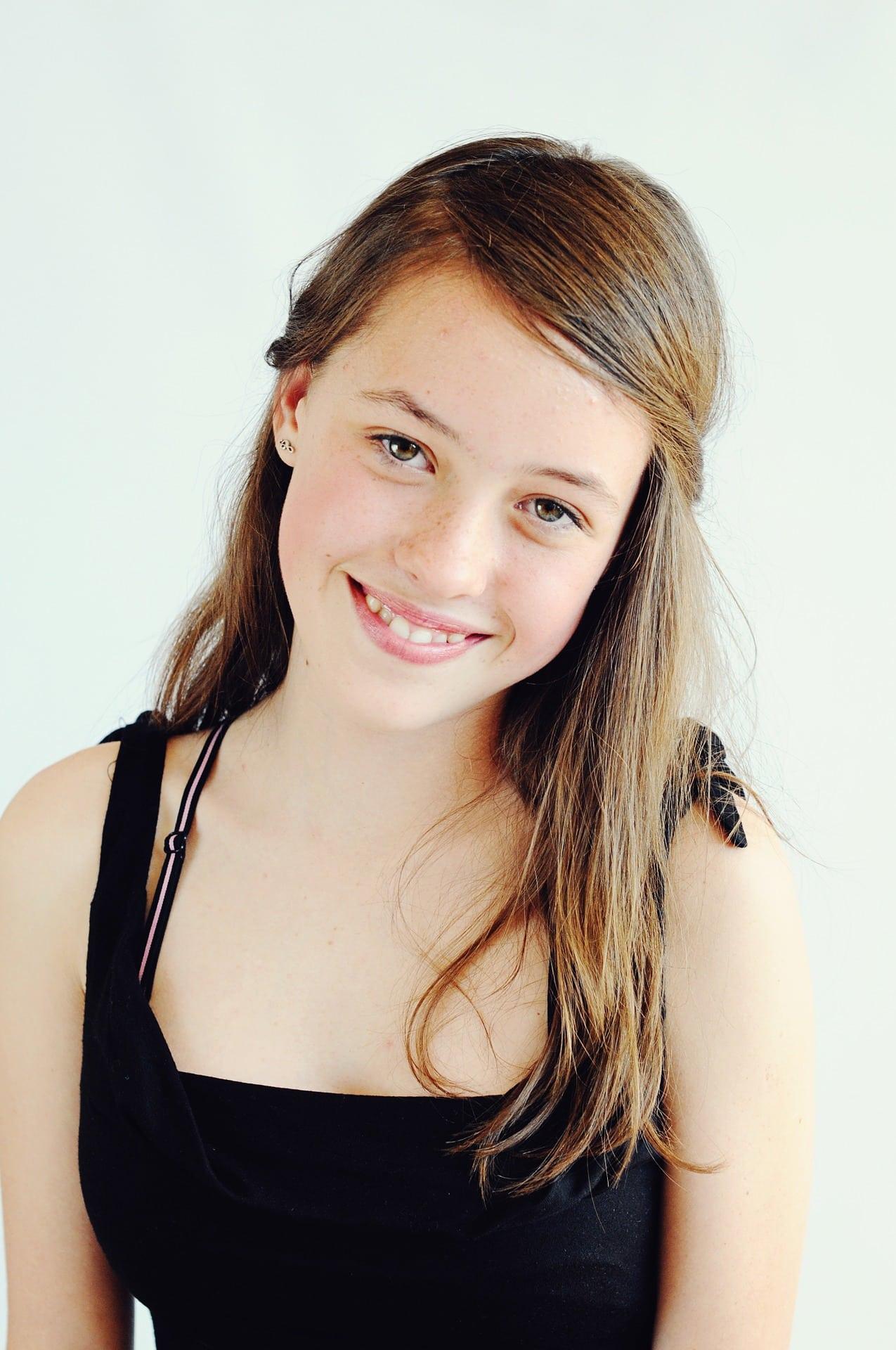 retrato de una adolescente sonríendo