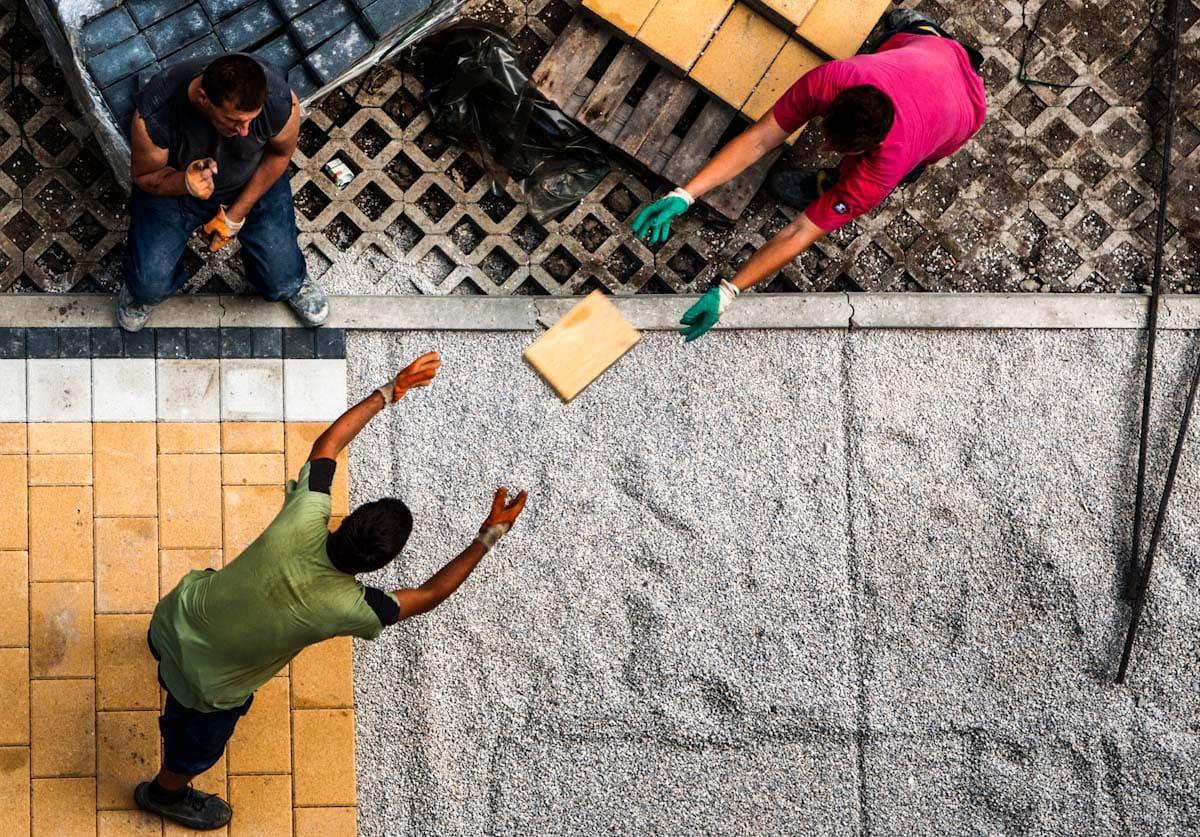 Fotografía callejera de hombres descargando cajas